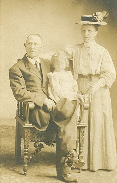 c1908 Mat & Sarah Bullis & daughter Lessie